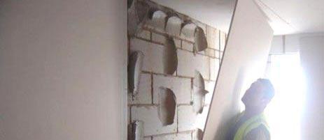 Как клеить гипсокартон на неровные стены