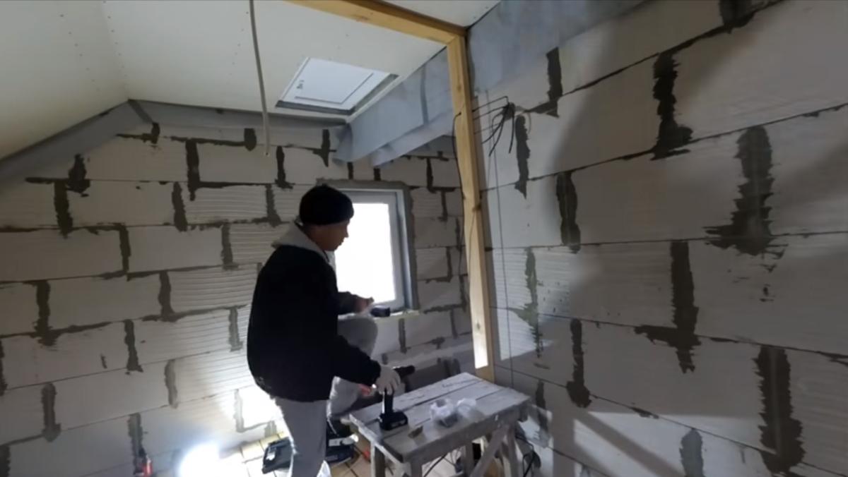 вертикальный брус на стене