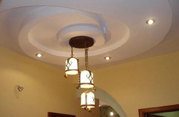 оформление потолка с люстрой