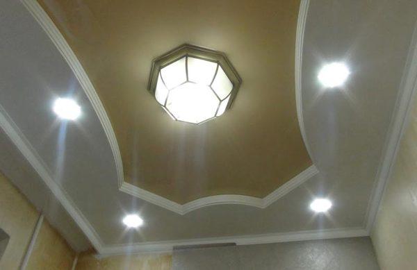 дизайн потолка с люстрой