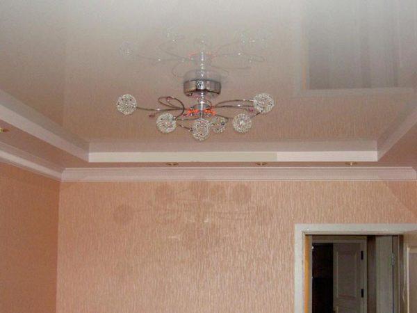 люстра на потолке