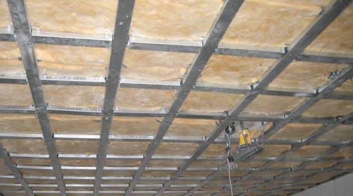 Металлический каркас на потолке для листов гипсокартона