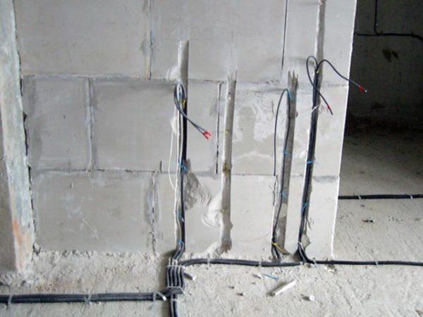 процесс штробления стен