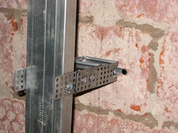 прикручивание к стене